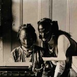 Estas dos mujeres de la década de 1920 están usando una máscara contra las arrugas.